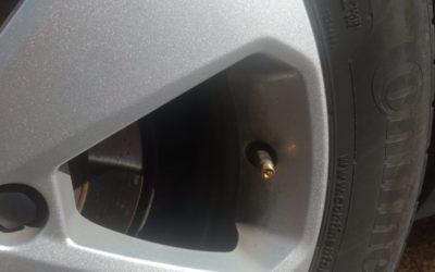 Auton renkaan venttiilin vaihto